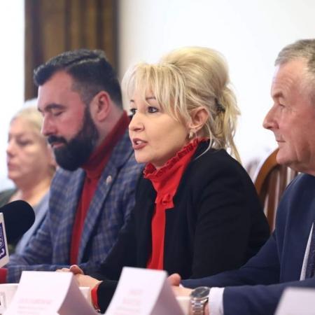 """Konferencja prasowa – inwestycje drogowe, odbudowa DPS-u """"Nad Jarem"""", przekazanie terenu w Trzepowie na potrzeby Banku Żywności"""